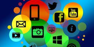 Różnokolorowe kółka z ikonkami mediów społecznościowych.